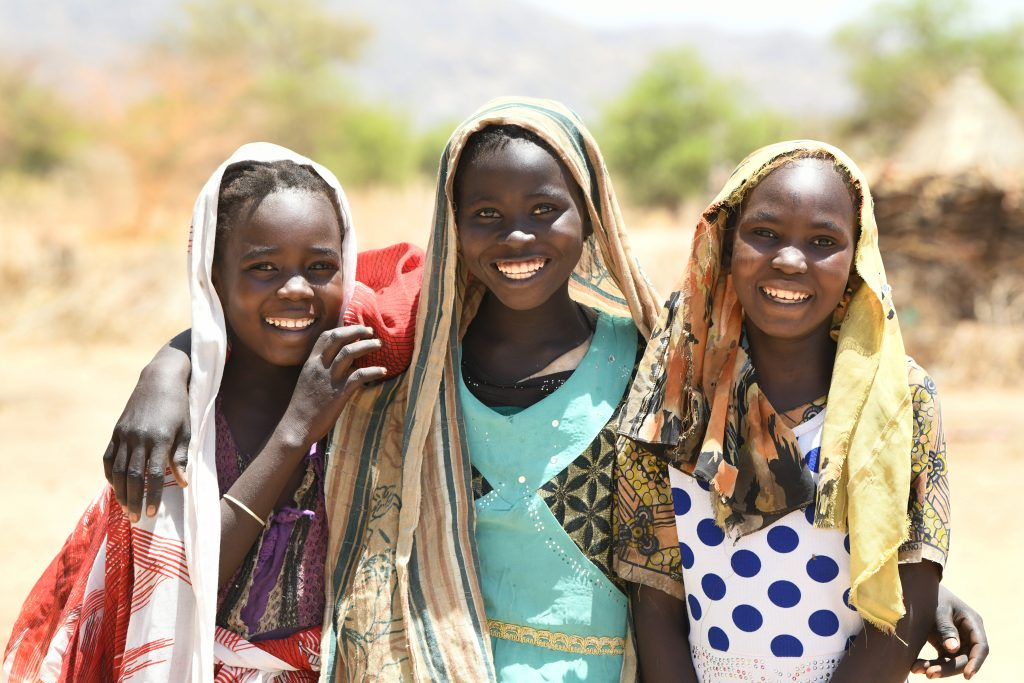 Happy girls in the village of Alibeit, in the South of Chad.  For every child, friendship. Vir: Unicef